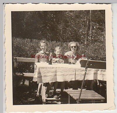 (F5556) Orig. Foto Frau mit Mädchen am Tisch, Biergarten, nach 1945