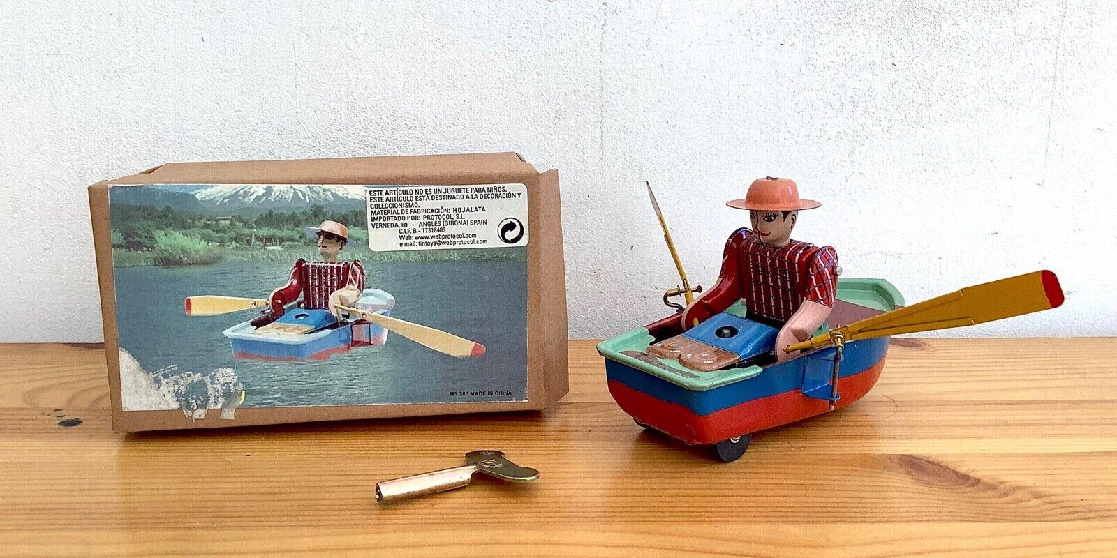 Ancien jouet mÉcanique À clÉ en tÔle homme ramant sur une barque dans sa boÎte