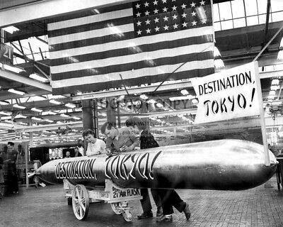 FINISHING TOUCHES ON SUBMARINE TORPEDO IN 1944 WORLD WAR II  8X10 PHOTO (BB-594)
