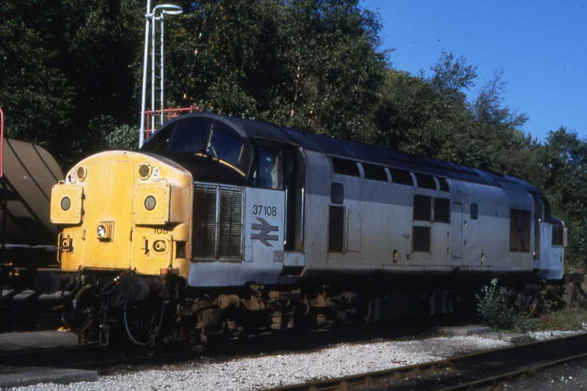 35mm RAILWAY SLIDE CLASS 37 No 37108 AT BUXTON 8-10-1995 TTR 2353