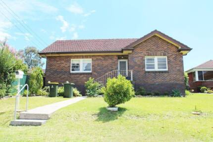 Parramatta: HUGE room to rent for SINGLE. double brick house