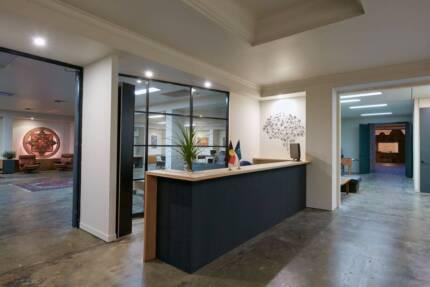 [FIBRE NET] Desks in creative hub