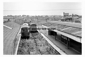 pt6987 - Isle of Wight Railway - Trains in Newport Station - photograph 6x4