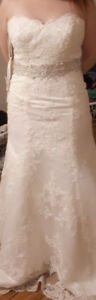 BEAUTIFUL LACE WEDDING GOWN WITH ROMANTIC TRAIN