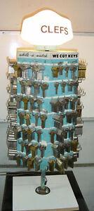 Panneaux présentoire et étalage pour clefs, de $50. à $350.