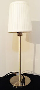 Small lamp with white shade / Petite lampe avec abat-jour blanc