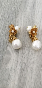 Vintage 1950s 1960s Gold Pearl Clip Earrings.