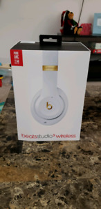 4 MONTH OLD BEATS STUDIO 3 WIRELESS HEADPHONES