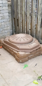 Sandbox with lid - sand included