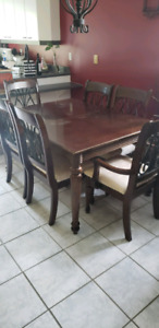 Table, rallonge et 6 chaise dont 2 capitaine (besoin d'amour)