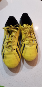 Outdoor soccer cleats - Size 4 & 5