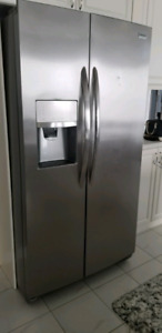 Frigidaire Side by Side Fridge with water & ice dispenser. Just