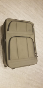 ALMOST NEW! Skyway Green Medium Sized Luggage Suitcase