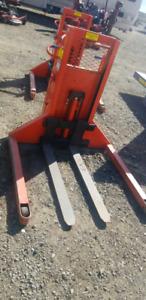 *Batterie powered Pallet lift !Upto 37 inch. On wheel!*