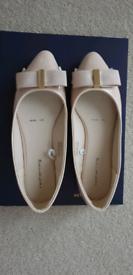 Women's flat shoes .