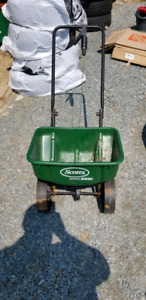 Seed/fertilizer spreader