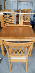 TABLE DINING WITH 6 CHAIRS FOR SALE.