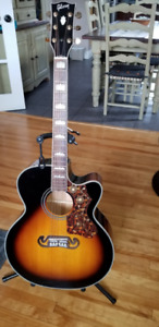 Guitare Gibson J-200 (reproduction)
