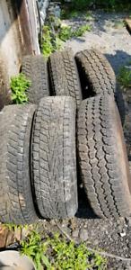 6 beaux pneus d'hiver LT 225/75R16 avec roues de camions
