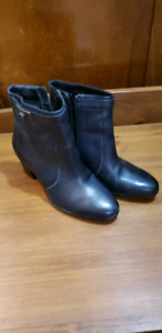 Ladies leather boots size 9.5M