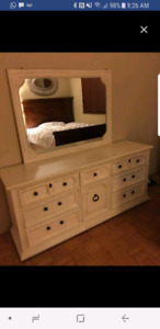 Real wood dresser / commode en bois