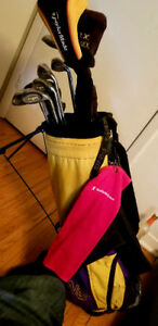 SET OF GOLF CLUBS WITH CARRYING BAG