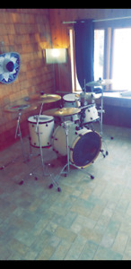 Pearl Drums and Hardware with Ziljian Cymbals For Sale.