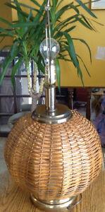 RARE VINTAGE LAMPE DE TABLE EN ROTIN ET ABAT JOUR EN TISSU Gatineau Ottawa / Gatineau Area image 9