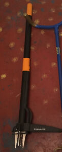 Fiskars Extendable D-handle Stand-up Weeder (4-claw)