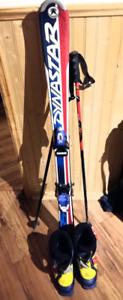 Skis alpins, bottes et bâtons pour un(e) jeune