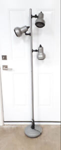 5 Ft 3 bulb Light great for crafting PU Cole Harbour