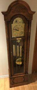 Horloge grand-père en chêne Imperial Oak Howard Miller 1986