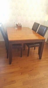 Beautiful solid wood dining table 4 - 6 seater. Windsor Region Ontario image 1