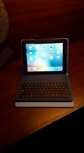 IPad 3 Apple 64 GB with case and keyboard