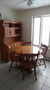 Ensemble de table de cuisine/chaises/buffet en chêne