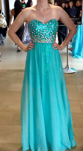 BEAUTIFUL PROM DRESS FOR SALE NEED GONE!