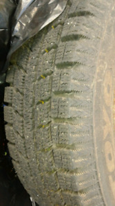 Pneu hiver comme neuf 185/65R14