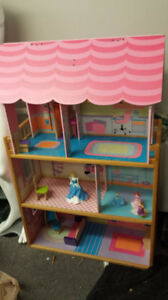 KIDS DOLLHOUSE / PLAY HOUSE, FURNITURE AND FIGURINES