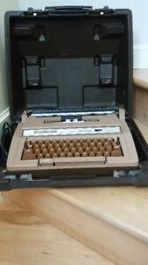 Machine à écrire CORONA TWELVE avec étuit