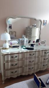 Mobilier de chambre provincial français très propre
