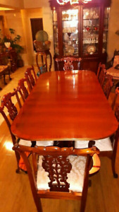 Stunning Chippendale Diningroom table and chairs