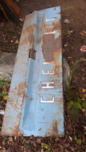 Unsure of the year.  But its a solid tailgate.  No holes  .