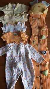 Lot vêtements pour bébé et toise à mesurer