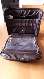 Petite valise de voyage,  rangement shampoo etc
