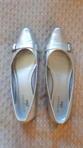 Anne Klein silver leather flats. Size 9.