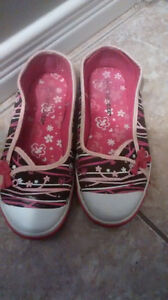 Shoes size 4/youth Kitchener / Waterloo Kitchener Area image 1