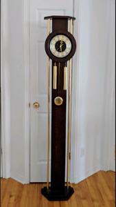 Horloge sur pied et son baromètre