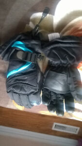 WINTER GLAVES FOR BOYS 6-8 Y.O. (SIZE M) LIKE NEW!