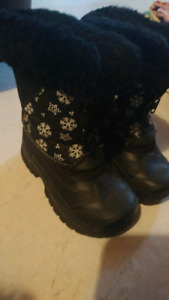 Girl or boy black snowflake winter boots size 7 great condition