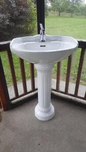 Lavabo sur pied 22X18X33 avec robinet inclus